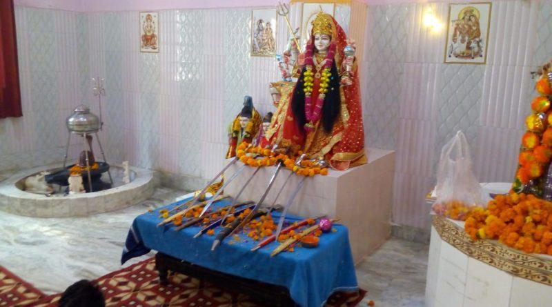द्वारका जिले विजय दशमी पर हिन्दू युवा वाहिनी कार्यकर्ताओ द्वारा की गई शस्त्र पूजा।